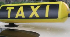 Taxi-Schild auf einem Pkw (Taxi).