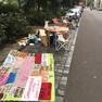 Stühle, Tische und ein Banner auf einem Parkplatz während des Parking Days