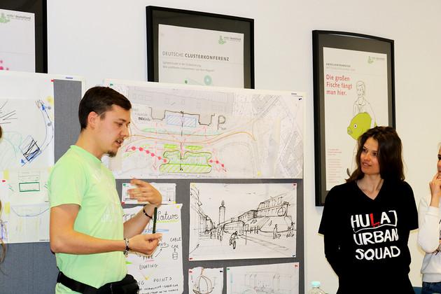 zwei Studenten Präsentieren einen Entwurf