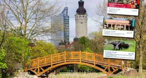 Die Gästekarte Leipzig-Card in drei Varianten auf einem Bild mit einer Brücke über einen Teich. Im Hintergrund das City-Hochhaus und das Neue Rathaus.