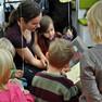 Eine Frau liest einer Gruppe von Kindern vor.