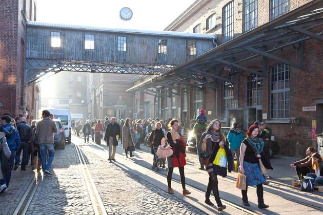 Viele Besucher auf dem Geländes der Baumwollspinnerei zu einem Galerierundgang