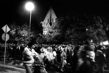Bild wird vergrößert: Menschenmassen bei einer Demonstration in Leipzig auf dem Ring bei Nacht
