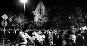Menschenmassen bei einer Demonstration in Leipzig auf dem Ring bei Nacht