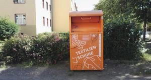 Orangener Kleidercontainer der Stadtreinigung Leipzig