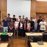 Gruppenbild mehrer Jugendlicher in einem Sitzungssaal