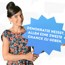 """Eine Frau hat sich mit dem Statement """"Demokratie heißt, allen eine zweite Chance zu geben."""" auf einer blauen Sprechblase fotografieren lassen."""