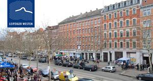 """STraßenszene mit vielen Menschen auf den Bürgersteigen und einer Häuserzeile. Auf dem Bild ist ein Logo """"Leipziger Westen"""""""