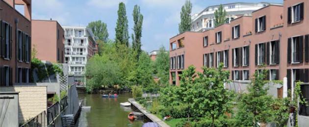 Rote Stadthäuser in Schleußig mit Hafen und Blick auf den Kanal
