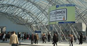 Innenansicht Messehalle mit Besuchern