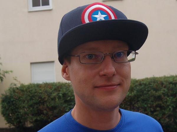 Porträt von Enrico Engelhardt vom BürgerVerein Leutzsch: ein junger Mann mit Kappe und Brille