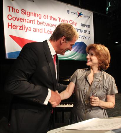 Unterzeichnung Städtepartnerschaftsvertrag zwischen Leipzig und Herzliya (Israel): Oberbürgermeister Burkhard Jung und Oberbürgermeisterin Yael German im Theater Herzliya