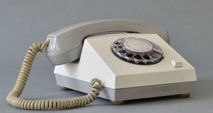 Ein graues Telefon vom VEB Fernmeldewerk Nordhausen, Typ Variant, mit Wählscheibe aus den 1970er Jahren als Sinnbild für die Kontaktaufnahme zum Schulmuseum.