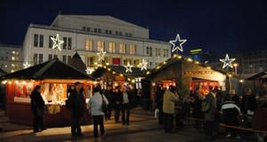 traditionelles Finnisches Dorf auf dem Augustusplatz während des Leipziger Weihnachtsmarktes - Opernhaus im Hintergrund