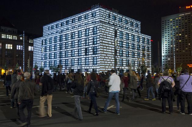 Großprojektion aus Worten und Licht an der Fassade des InterCityHotels.