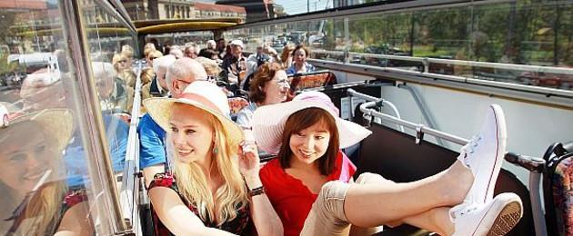Stadtrundfahrt in Leipzig bei schönem Wetter im offenen Bus