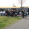 Teilnehmer einer Busrundfahrt mir LVB-Bus zur Straßenbahn-Erweiterung in Probstheida
