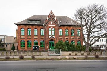 Bild wird vergrößert: Gebäude der Grundschule Seehausen. Klinkerbau mit Rundbogenfenstern.