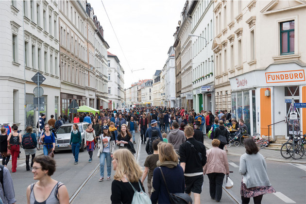 Viele Menschen sind auf der unbefahrenen Georg-Schwarz-Straße unterwegs.