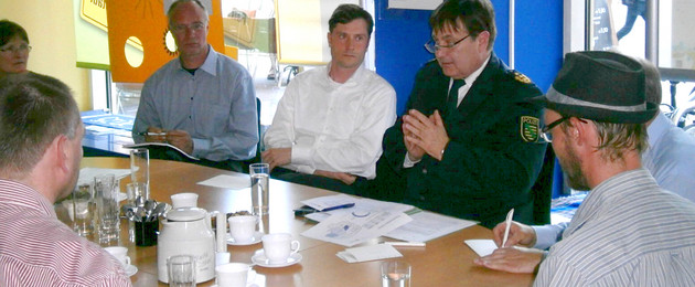 Bürgermeister Heiko Rosenthal und der Leiter der Polizeidirektion Leipzig Bernd Merbitz diskutieren am 14. Juli 2014 im Bürgercafé mit den Teilnehmern über Themen zur Sicherheit und Ordnung.