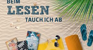 """Im Sand liegen Bücher, Sonnenbrille und Muscheln. Darüber der Schriftzug """"Beim Lesen tauch in ab."""""""