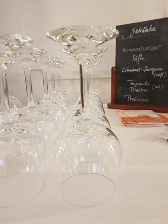 Weingläser auf einer weißen Tischdecke