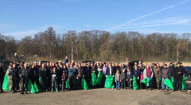 Akteure des Anglerverbandes Leipzig e. V. präsentieren die gefüllten Müllsäcke beim Frühjahrspütz.