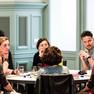 6 Menschen sitzen an einem Tisch und unterhalten sich, darunter Bürgermeisterin Dorothee Dubrau