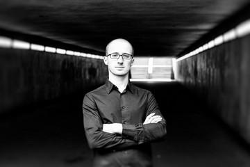 Bild wird vergrößert: Porträt von Evgeny Ring, Jazznachwuchspreisträger 2015 in einer Fußgängerunterführung