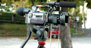 TV-Kamera auf einem Stativ