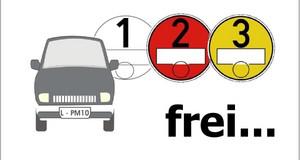 Autosymbol neben weißer, roter, gelber Umweltplakette und dem Wort 'frei . .'