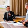 Finanzbürgermeister Torsten Bonew steht am Stehtisch und wird interviewt