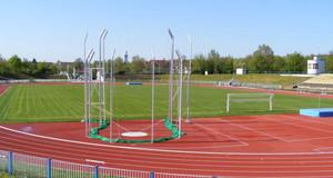 Stadion des Friedens mit Laufbahn, Fußballplatz und Kugelstoßanlage.