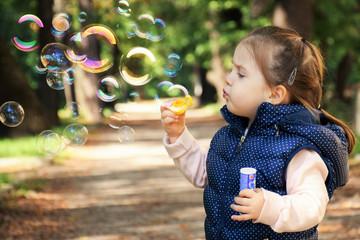 Bild wird vergrößert: Kleinkind steht auf einem Wanderweg und pustet Seifenblasen in die Luft.