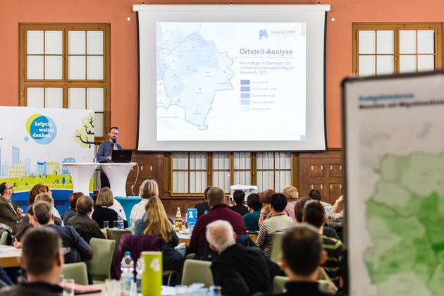 Das Publikum richtet seinen Blick auf Stefan Heinig, der erklärt, was ein Integriertes Stadtentwicklungskonzept kann.