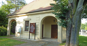 Kleines Gebäude am Eingang zum Südfriedhof am Nordtor, in dem das Infocenter seinen Sitz hat.