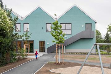 Bild wird vergrößert: Blaues Gebäude mit mehreren Spitzdächern