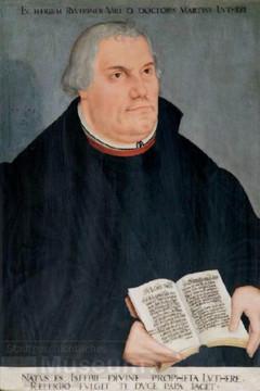 Bild wird vergrößert: Gemaltes Portrait von Martin Luther, der die Bibel aufgeschlagen vor seine Brust hält