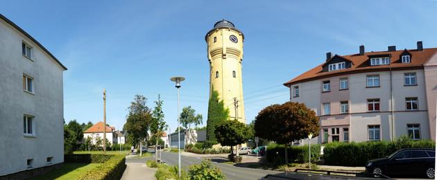 Straße in Böhlitz-Ehrenberg mit dem hohen Wasserturm.