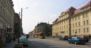 Georg Schumann Straße mit Straßenbahn und fahrenden sowie parkenden Autos