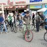 Vor dem Stadtbüro auf dem Marktplatz steht eine Gruppe von Fahrradfahrern.