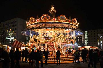 Bild wird vergrößert: Leipziger Weihnachtsmarkt - Historisches Etagenkarussel beleuchtet am Abend