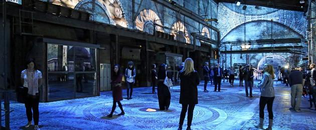Kesselhalle im Kunstkraftwerk Leipzig, eine Videoinstallation von Immersive Art Factory wird gezeigt, große Bilder werden an Wände, Boden und Decke projiziert