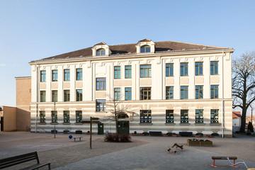 Bild wird vergrößert: Gebäude der Schule Holzhausen mit Pausenhof