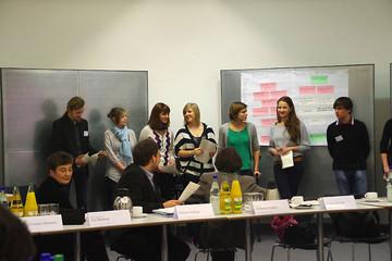 Bild wird vergrößert: Jugendliche stellen ihre Arbeitsergebnisse in der Expertenwerkstatt zum Leipziger Freiheits- und Einheitsdenkmal vor