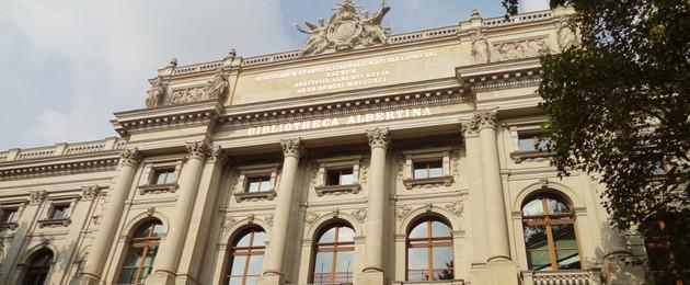 Blick auf die Hauptfassade der Bibliothek