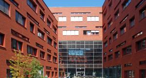 Rote Klinkergebäude der BioCity mit einem begrünten Innenhof