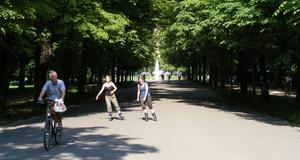 Inline-Skater und ein Fahrradfahrer im Clara-Zetkin-Park