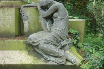 Bild wird vergrößert: Grabfigur eines denkmalgeschützten Grabmales auf dem Südfriedhof