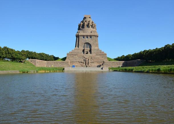 Völkerschlachtdenkmal mit Wasserfläche davor